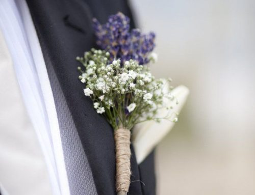 Lapela do noivo: flor ou lenço? Confira dicas de como escolher o que será usado no grande dia
