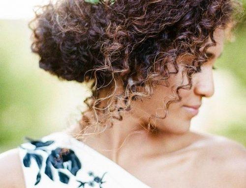 PENTEADOS E ACESSÓRIOS PARA MADRINHAS DE CASAMENTO Lista com sugestões para cabelos lisos, cacheados ou crespos
